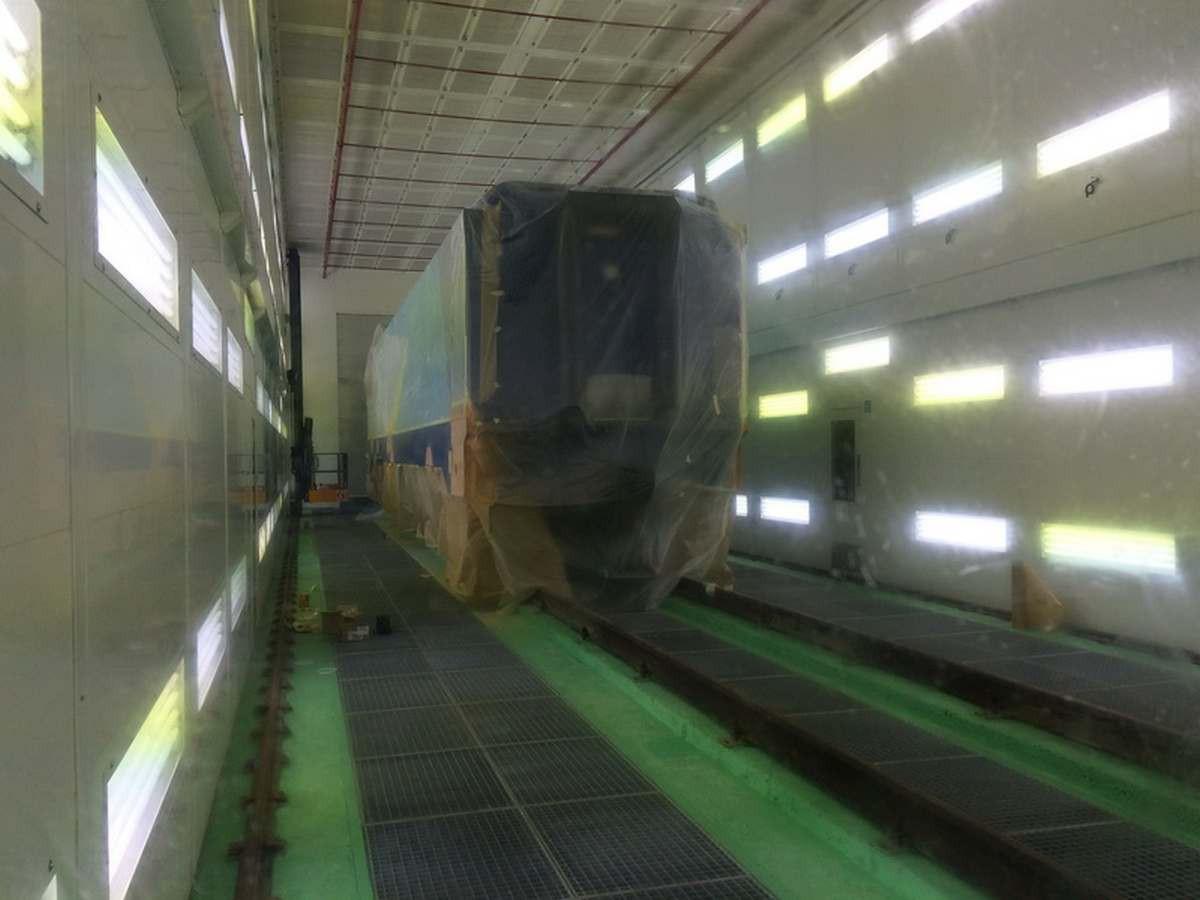 Электровозосборочный завод. Камера для окраски локомотивов.