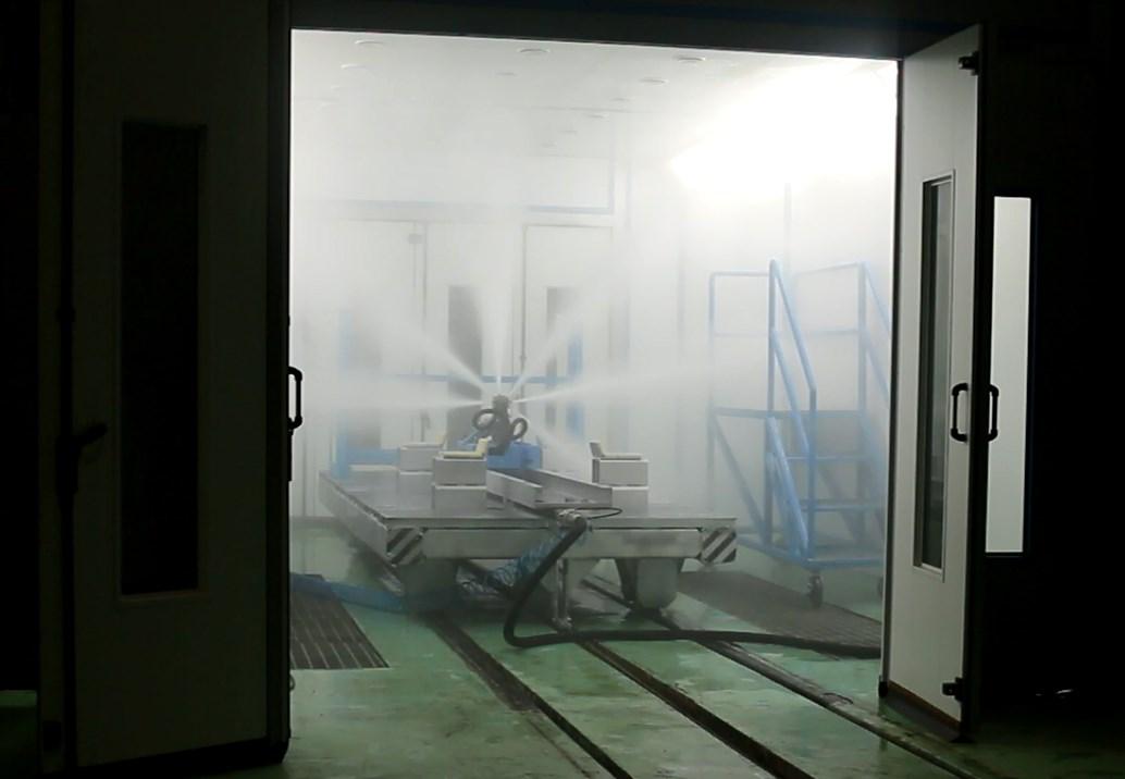 Завод по производству дизельных двигателей для локомотивов. Камера для мойки дизельных двигателей.